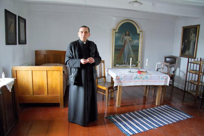 Ksiądz Janusz Kowalski oprowadza po domu s. Faustyny