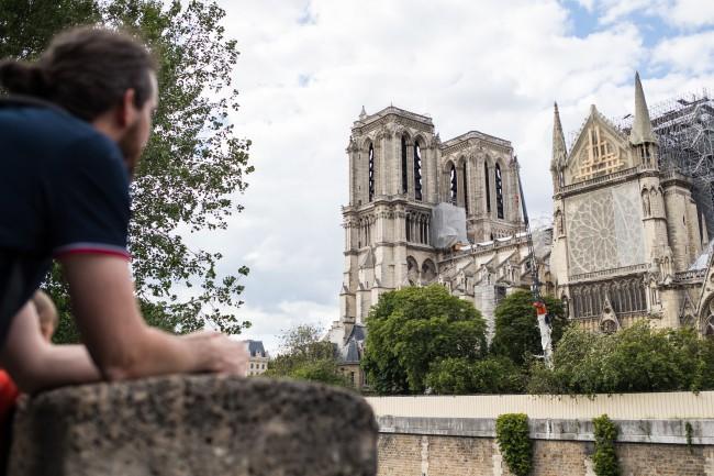 Pierwsza po pożarze Msza św. w katedrze Notre-Dame